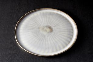和皿-和食器-日本-和モダン-黒バックの写真素材 [FYI04660092]