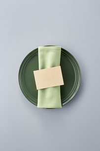 Table setting with dishesの写真素材 [FYI04660097]
