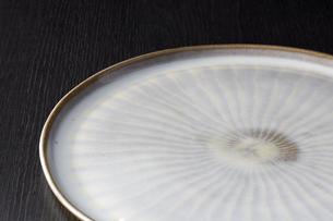 和皿-和食器-日本-和モダン-黒バックの写真素材 [FYI04660104]
