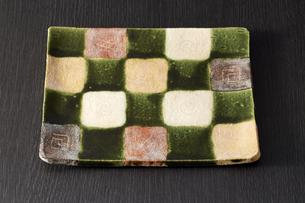 和皿-和食器-日本-和モダン-黒バックの写真素材 [FYI04660105]