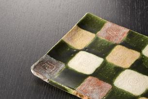 和皿-和食器-日本-和モダン-黒バックの写真素材 [FYI04660106]