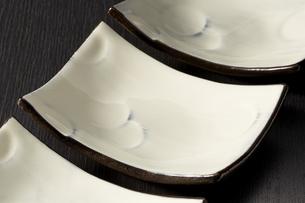 和皿-和食器-日本-和モダン-黒バックの写真素材 [FYI04660108]
