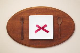 テーブルウェア-カトラリー-食卓-プレート-リボンの写真素材 [FYI04660140]