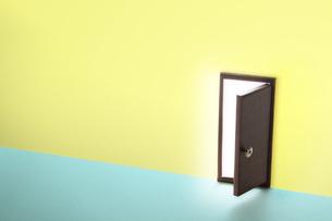 扉からもれる光の写真素材 [FYI04660176]