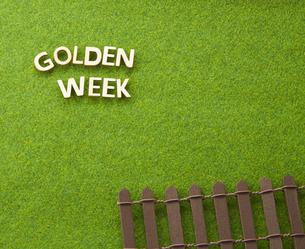 GOLDEN WEEK 白木  芝生の写真素材 [FYI04660258]
