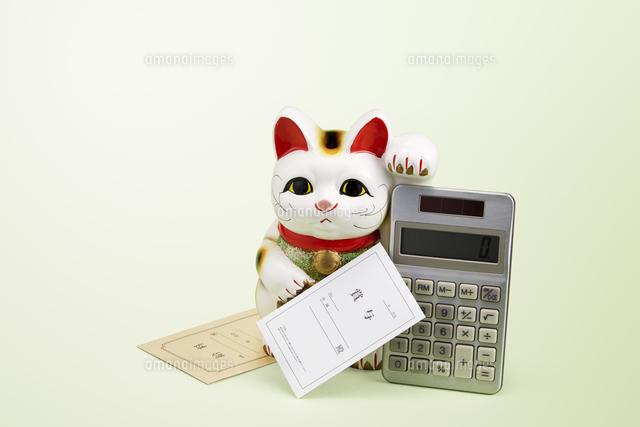 給料 計算機 招き猫の写真素材 [FYI04660308]