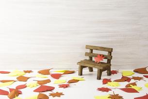 秋 季節 落ち葉 ベンチの写真素材 [FYI04660319]