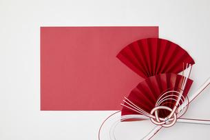 正月素材-紅白-水引-扇の写真素材 [FYI04660336]