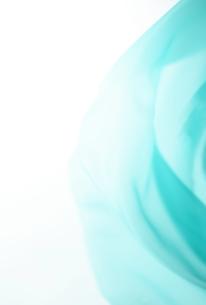 背景素材-アブストラクト-布の揺らめき-水色-揺らぎの写真素材 [FYI04660347]