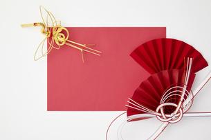 正月素材-紅白-水引-鶴-扇の写真素材 [FYI04660355]