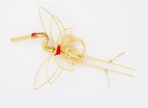水引 鶴(paper strings tied around a wrapped gift)の写真素材 [FYI04660427]