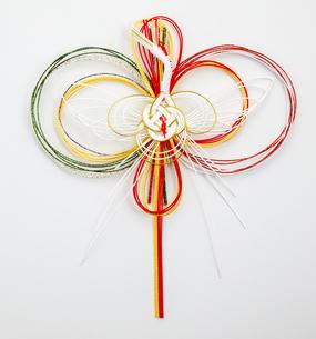 水引 鶴(paper strings tied around a wrapped gift)の写真素材 [FYI04660430]