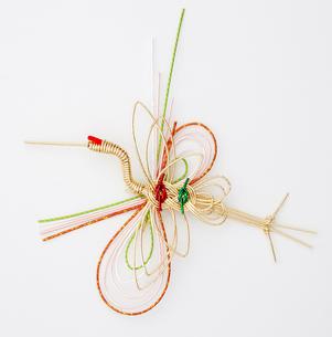水引 鶴(paper strings tied around a wrapped gift)の写真素材 [FYI04660433]