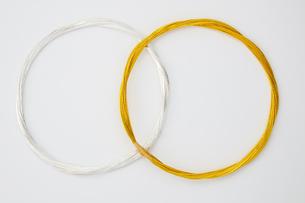 水引 金銀(paper strings tied around a wrapped gift)の写真素材 [FYI04660443]