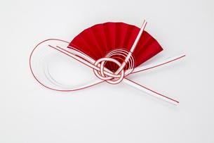 水引 紅白 扇子(paper strings tied around a wrapped gift)の写真素材 [FYI04660449]