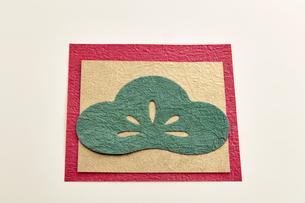 年賀状素材 和紙 松の葉の写真素材 [FYI04660455]
