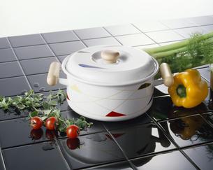 モダンタイルと白い鍋の写真素材 [FYI04660520]