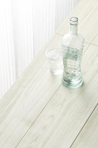 シンプルな部屋-水のボトルの写真素材 [FYI04660527]