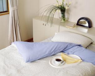 寝室にて コーヒーとともにの写真素材 [FYI04660534]