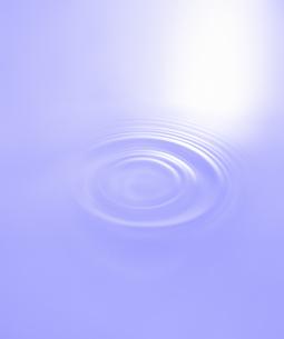 紫の波紋の写真素材 [FYI04660608]