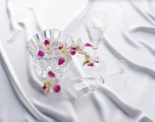 花びらとガラス容器の写真素材 [FYI04660750]