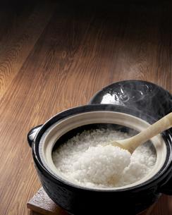 ほかほか炊きたて土鍋ごはんの写真素材 [FYI04660967]