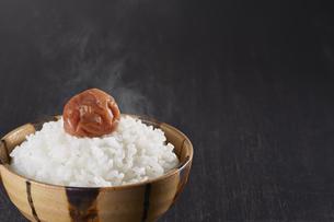 梅干しと炊きたてご飯の写真素材 [FYI04660975]