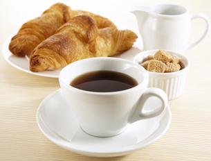 コーヒーとクロワッサンの写真素材 [FYI04661093]