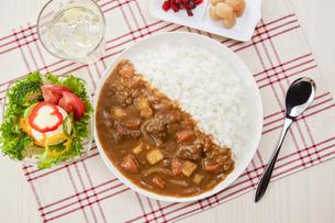 オーソドックスな日本のカレーライス (じゃがいも、人参、玉ねぎ、牛肉)の写真素材 [FYI04661188]