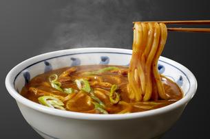 箸で麺をあげてるカレーうどんの写真素材 [FYI04661229]