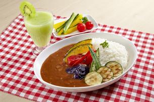 キウイスムージーと夏野菜カレーの写真素材 [FYI04661230]