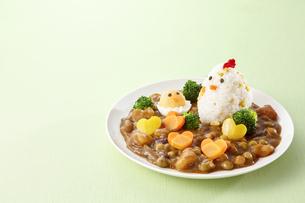 キャラクターカレー 鶏さんとひよこさんの写真素材 [FYI04661236]