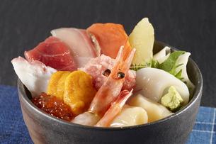 海鮮丼 (seafood Donburi)の写真素材 [FYI04661272]