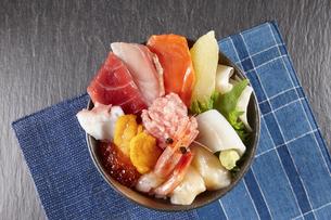 海鮮丼 (Kaisen-don/Japanese tasty food)の写真素材 [FYI04661338]