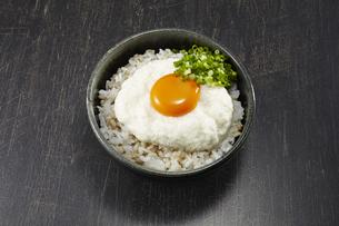 とろろ丼(麦飯)の写真素材 [FYI04661339]