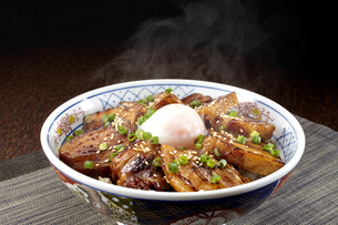 温泉卵がのった角煮丼 湯気ありの写真素材 [FYI04661343]