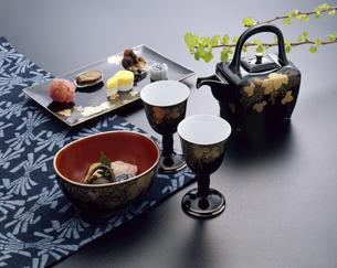 酒器と小料理の写真素材 [FYI04661352]