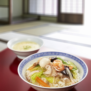 中華丼と玉子スープの写真素材 [FYI04661362]
