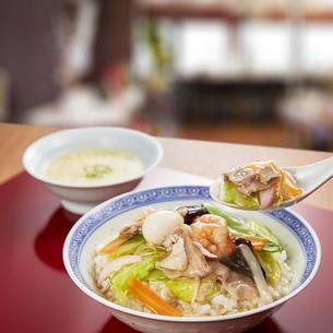 お気に入りの店で食べる中華丼の写真素材 [FYI04661364]