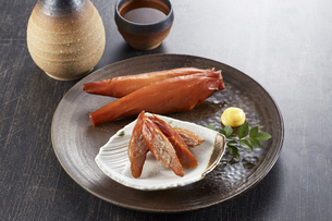 スモークチキンと日本酒の写真素材 [FYI04661382]
