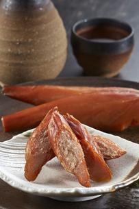 スモークチキンと日本酒の写真素材 [FYI04661399]
