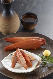 スモークチキンと日本酒の写真素材 [FYI04661400]