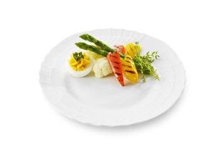 メイン料理をはなやかに彩る付け合わせの写真素材 [FYI04661451]