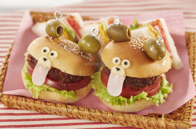 くまちゃんハンバーガー (cute bear shaped hamburger)の写真素材 [FYI04661493]