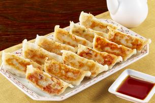 焼き餃子 Japanese Pan-Fried Dumplingsの写真素材 [FYI04661494]