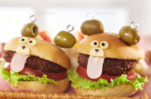 くまちゃんハンバーガー (cute bear shaped hamburger)の写真素材 [FYI04661499]