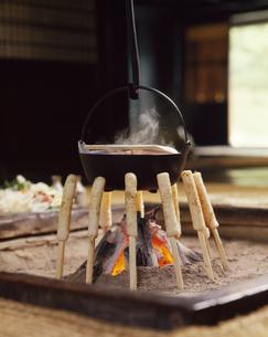 囲炉裏を囲むきりたんぽの写真素材 [FYI04661519]