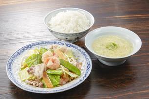 野菜炒め定食(白ご飯、かきたま汁付き)の写真素材 [FYI04661599]