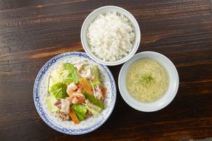 野菜炒め定食(白ご飯、かきたま汁付き)の写真素材 [FYI04661607]