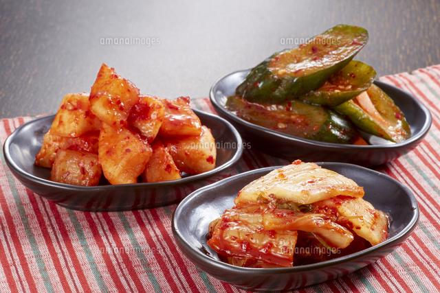キムチ3種盛り(白菜キムチ、カクテキ、オイキムチ)の写真素材 [FYI04661627]